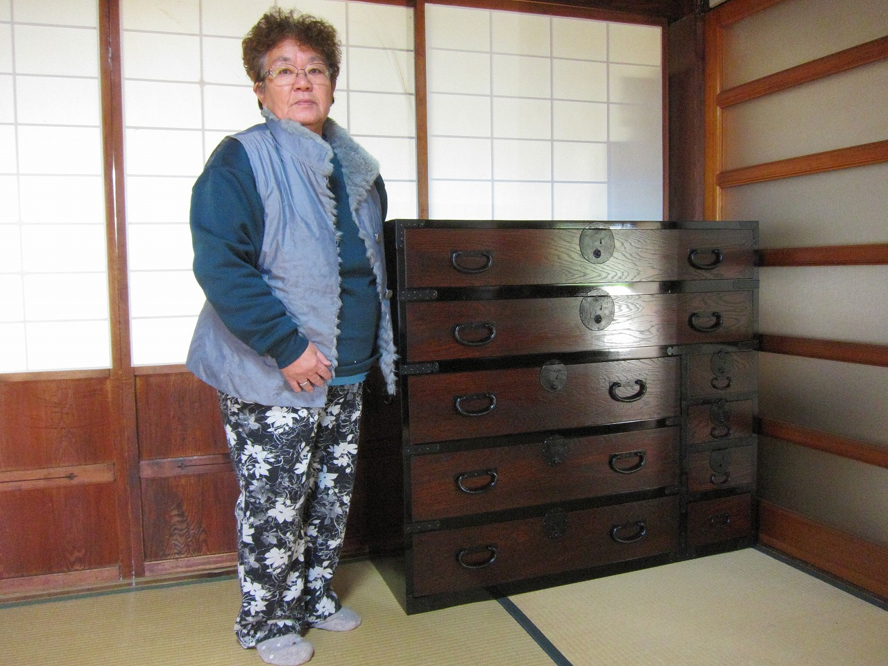 稲沢市より修理依頼の時代箪笥を納品してきました。