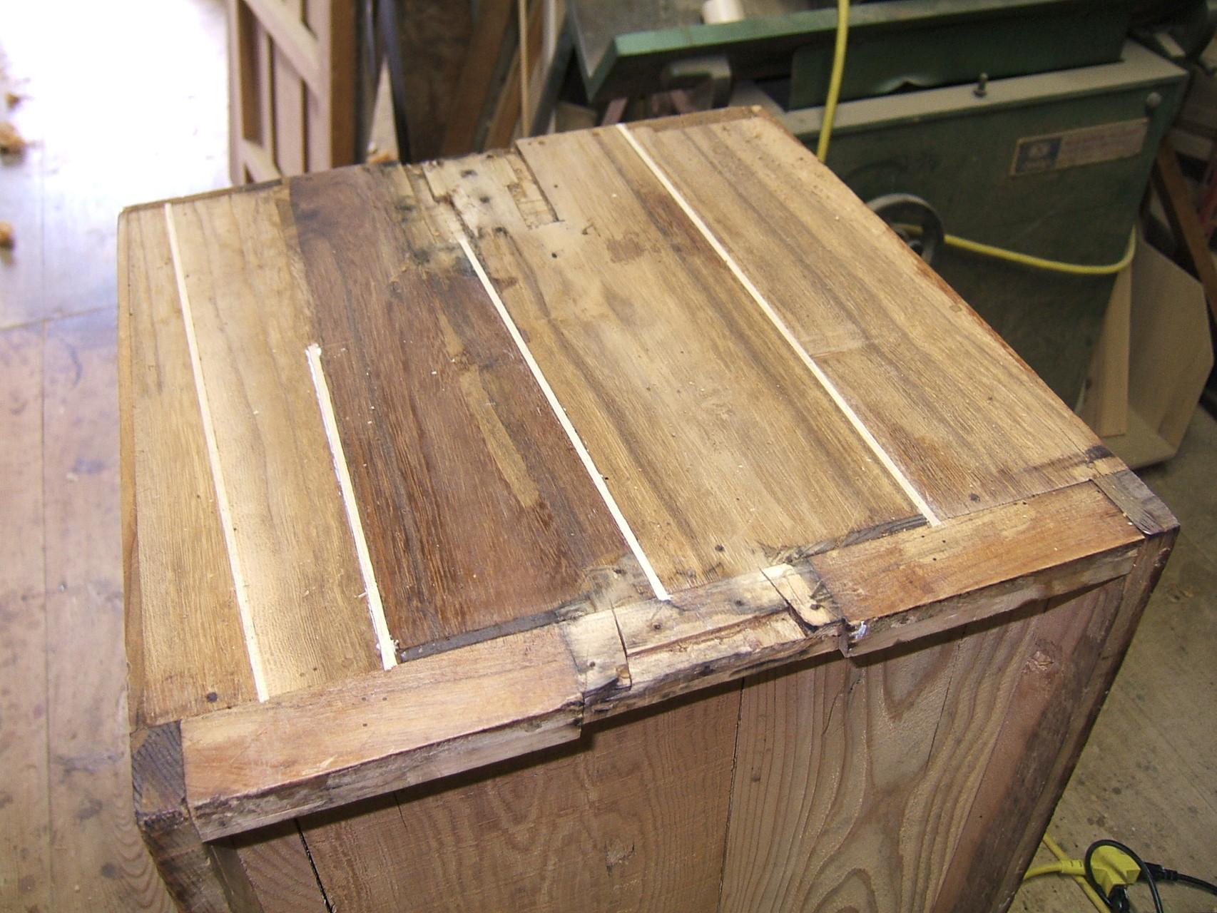 桐タンスの側板割れ埋め木修理