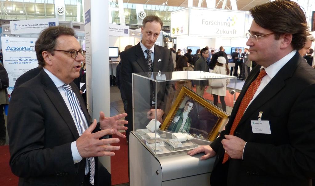 Hans-Joachim Otto informiert sich über das Projekt ARTGUARDIAN der Fraunhofer Gesellschaft. ARTGUARDIAN nutzt modernste Technologien wie autarke Sensoren und Cloud Computing für Konservierung und Schutz von Kunstwerken
