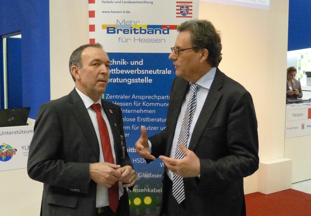Mehr Breitband für Hessen: Im Gespräch mit Georg Matzner, Referatsleiter im Hessischen Wirtschaftsministerium, auf dem Firmengemeinschaftsstand von Hessen-IT auf der CeBIT 2012