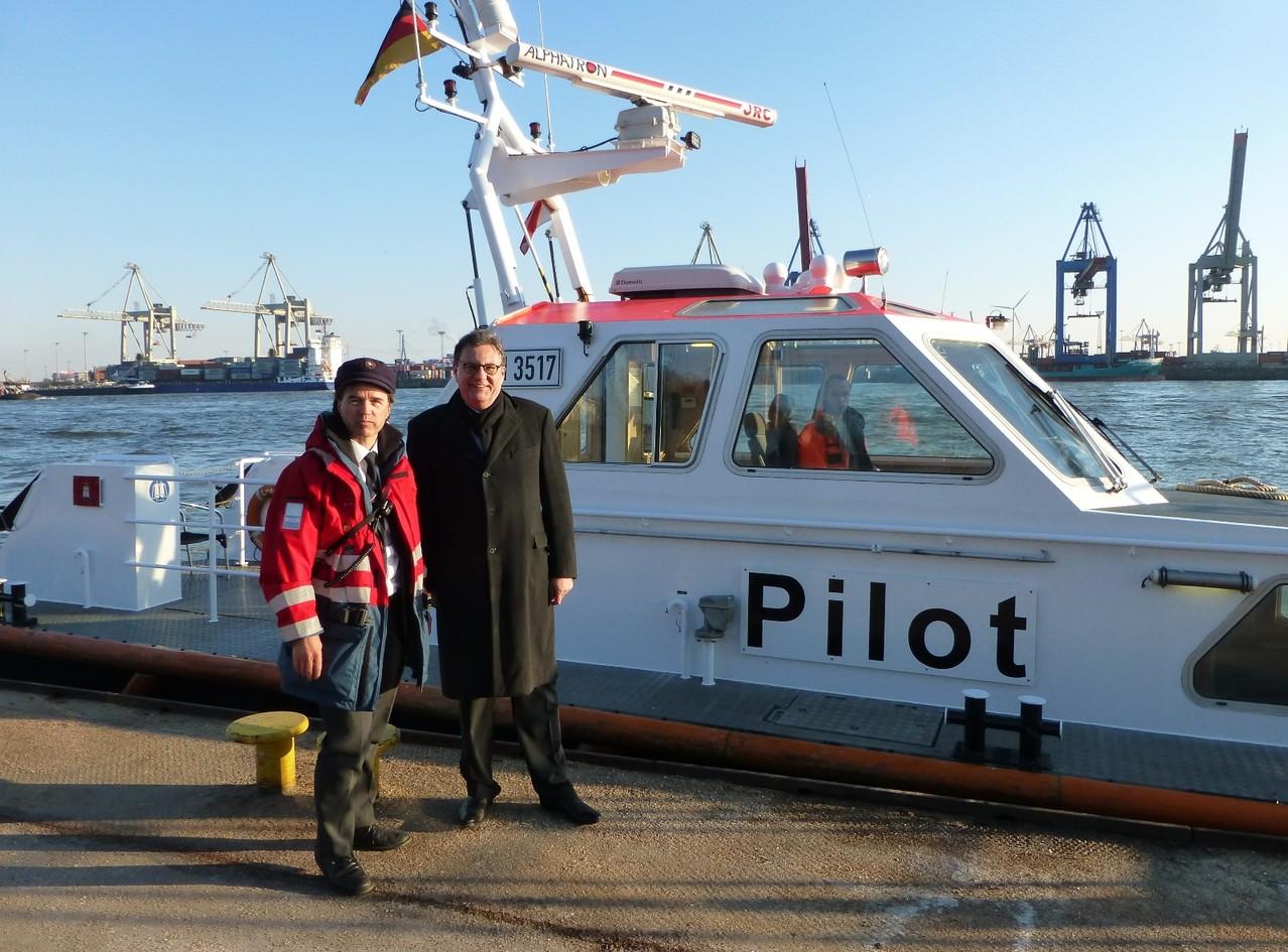 Kapitän Donatus Kulisch und Hans-Joachim Otto vor dem Lotsenversetzboot der  Hafenlotsenbrüderschaft Hamburg