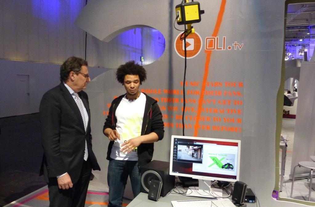 Hans-Joachim Otto im Gespräch mit Sebastian Knoll von Sessinou-Solution aus Frankfurt am Main, das auf der CeBIT die online streaming Anwendung OLI-tv präsentierte: http://sessinou-solution.com/front12_AdminB.swf