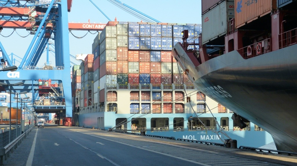 Beladung der Schiffe im Container Terminal Altenwerder