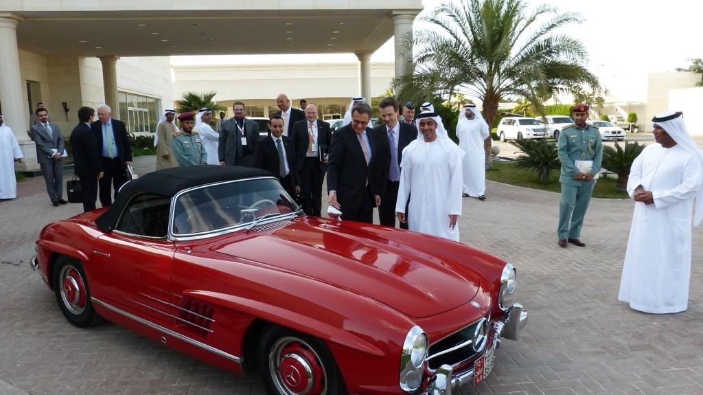 Scheich Saif Bin Zayed Al Nahyan (Premierminister der Vereinigten Arabischen Emirate)  zeigte er mir nicht ohne Stolz und als Beleg für seine Begeisterung für Technik aus Deutschland seinen Mercedes-Benz 300 SL Roadster.