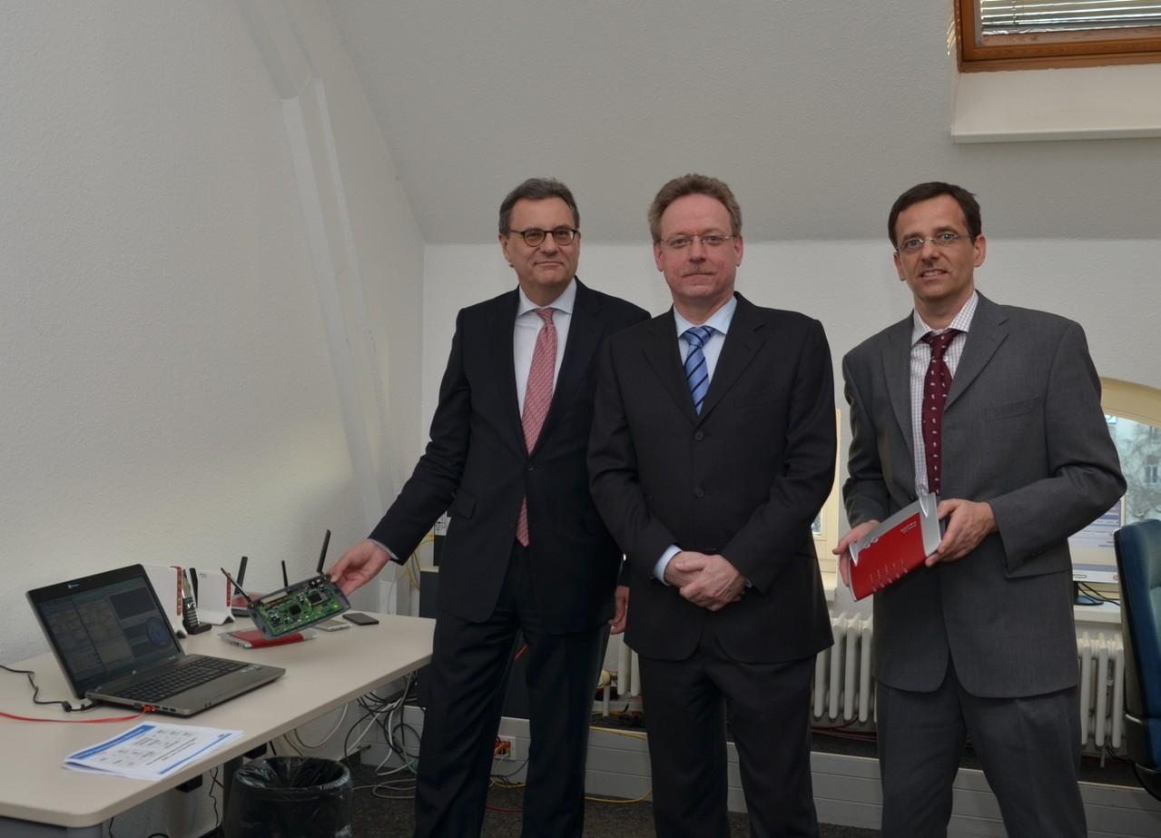 Besuch bei AVM, dem Hersteller der Fritz! Boxen: Technische Demostration mit den Gründern Johannes Nill (m.) und Peter Faxel