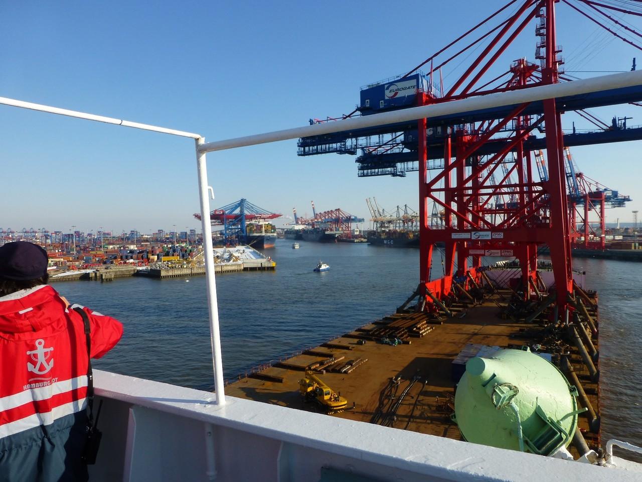 Hamburger Hafen: Blick von der Brücke der Zhen Hua
