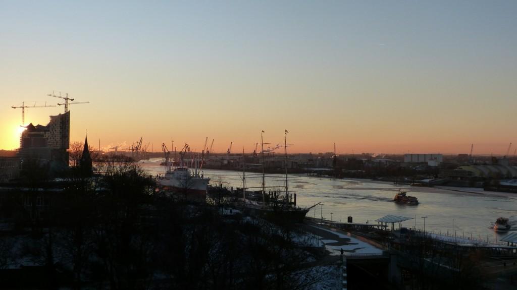 Sonnenaufgang hinter der Elbphilharmonie im Hamburger Hafen