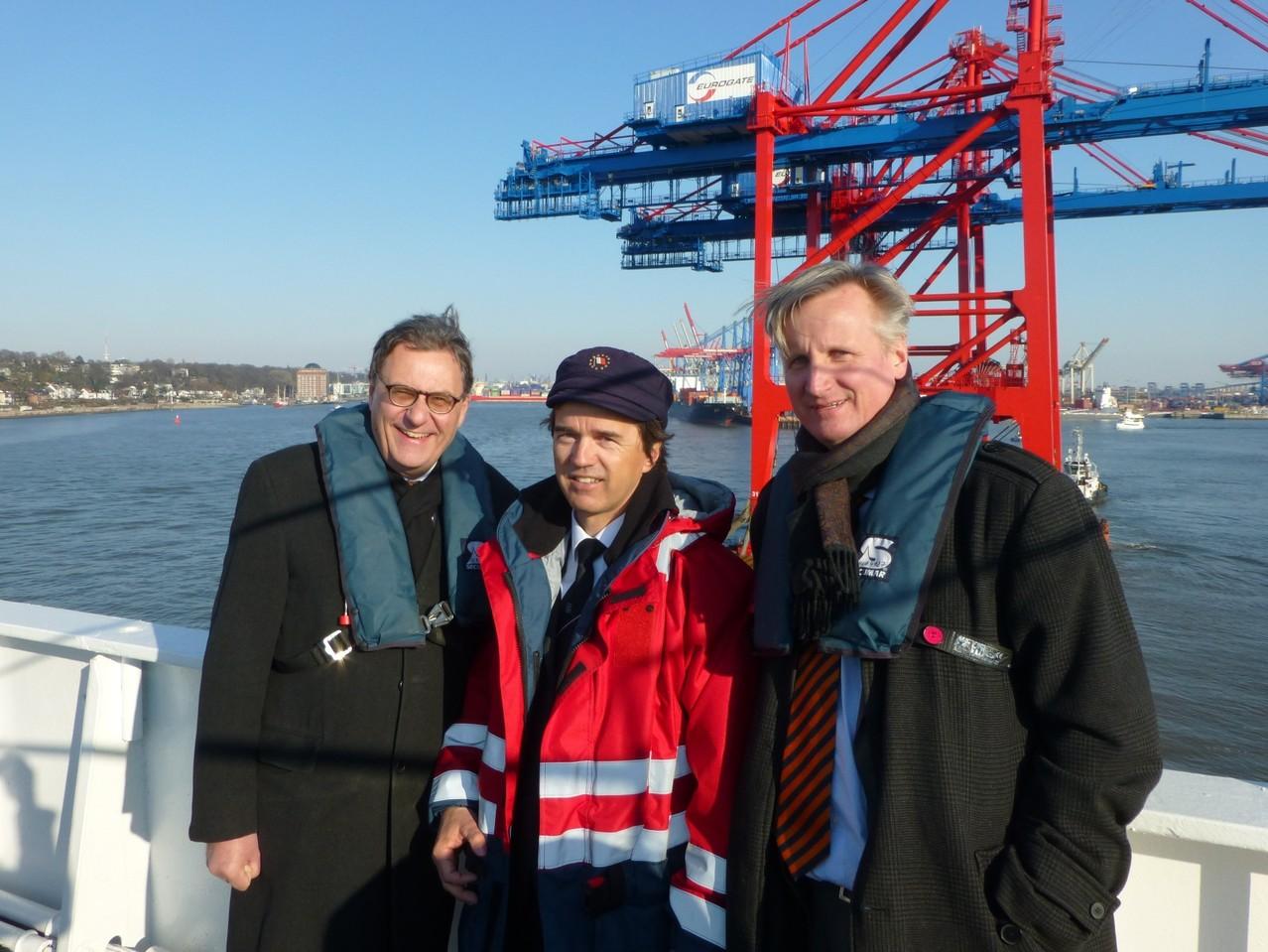 Hamburger Hafen: Hans-Joachim Otto, Kapitän Donatus Kulisch und Ulf Zumkley (BMWi)
