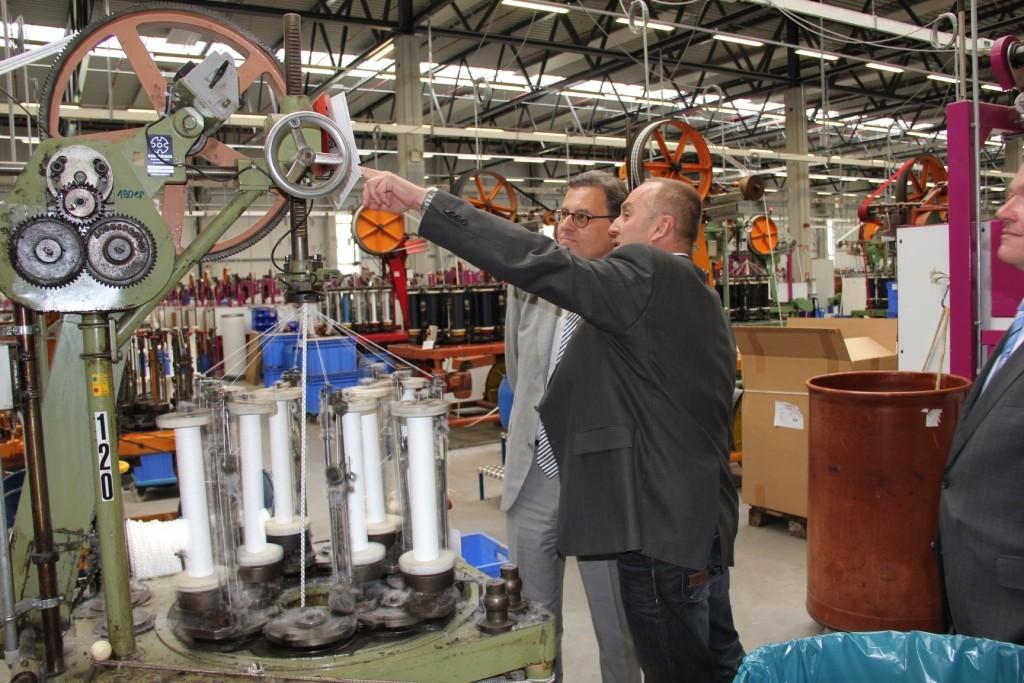 Herstellung von Hochleistungsseilen bei der Liros GmbH in Berg bei Hof: Geschäftsführer Sven Rosenberger und Parlamentarischer Staatssekretär Hans-Joachim Otto