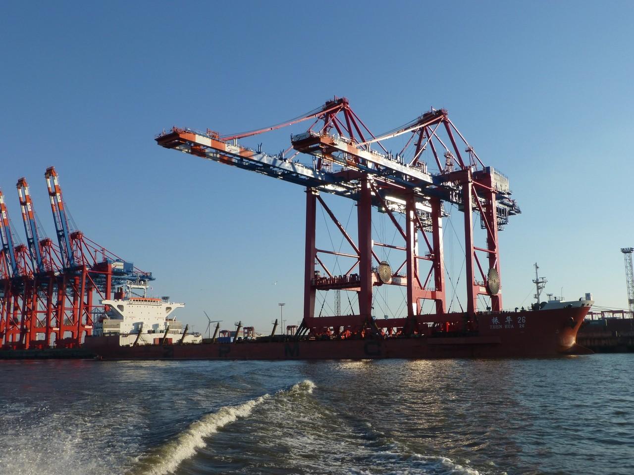 Hamburger Hafen: mit schwieriger Fracht erfolgreich angelegt