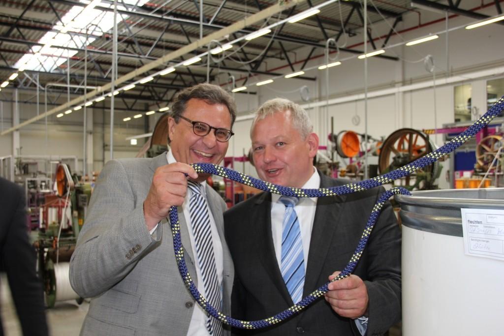 Blau-Gelbe Qualitätsprodukte: Thomas Hacker MdL und Hans-Joachim Otto MdB mit blau-gelbem Seil beim Besuch der Liros GmbH