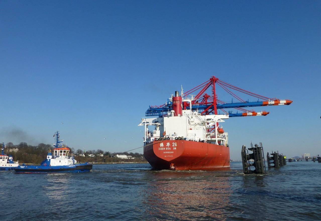 Hamburger Hafen: Die Zhen Hua mit zwei Containerbrücken als Ladung