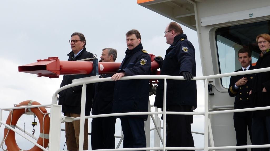 Hans-Joachim Otto, Torsten Staffeldt Dietmar Staffeldt und der Leiter der Bundespolizei See, Bodo Kaping, beobachten das Manöver eines simulierten Piratenangriffs