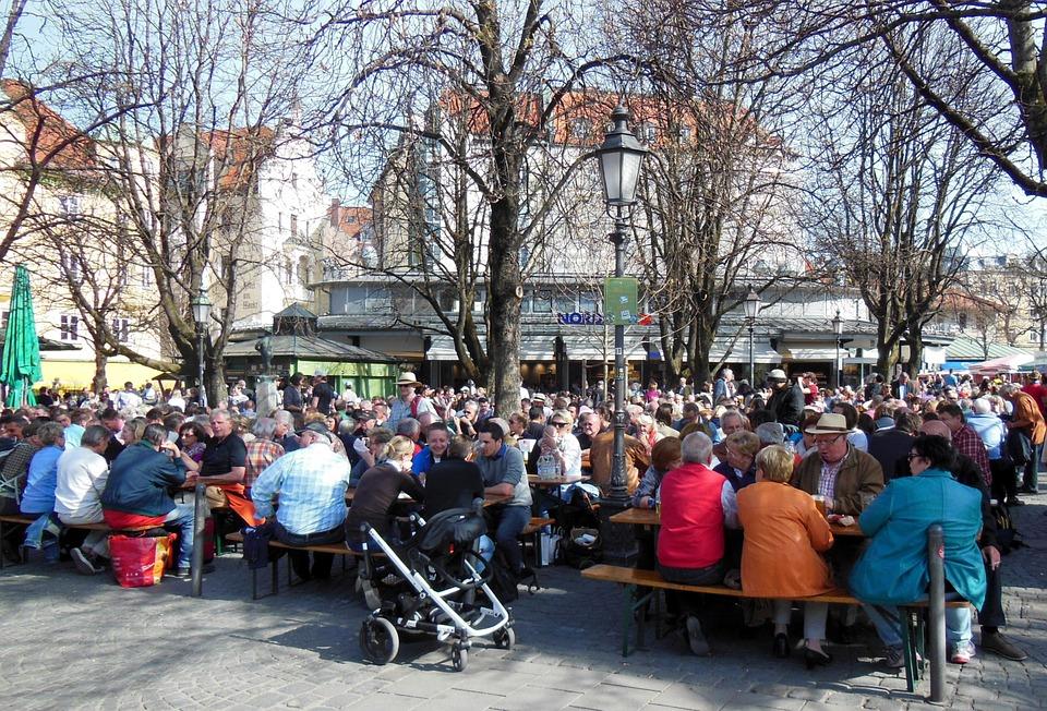 Die warmen Temerpaturen läuten in München die Biergartensaison wieder ein, wie z.B. am beliebten Viktualienmarkt (Symbolbild; Foto: pixabay.com / tassilo111)