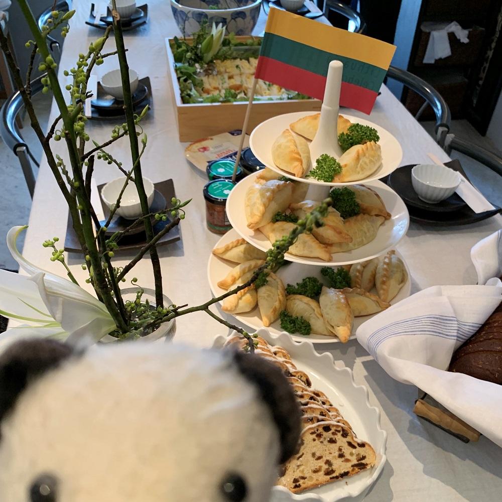リトアニアのミートパイ「キビナイ」とおもてなしのお料理がたくさん
