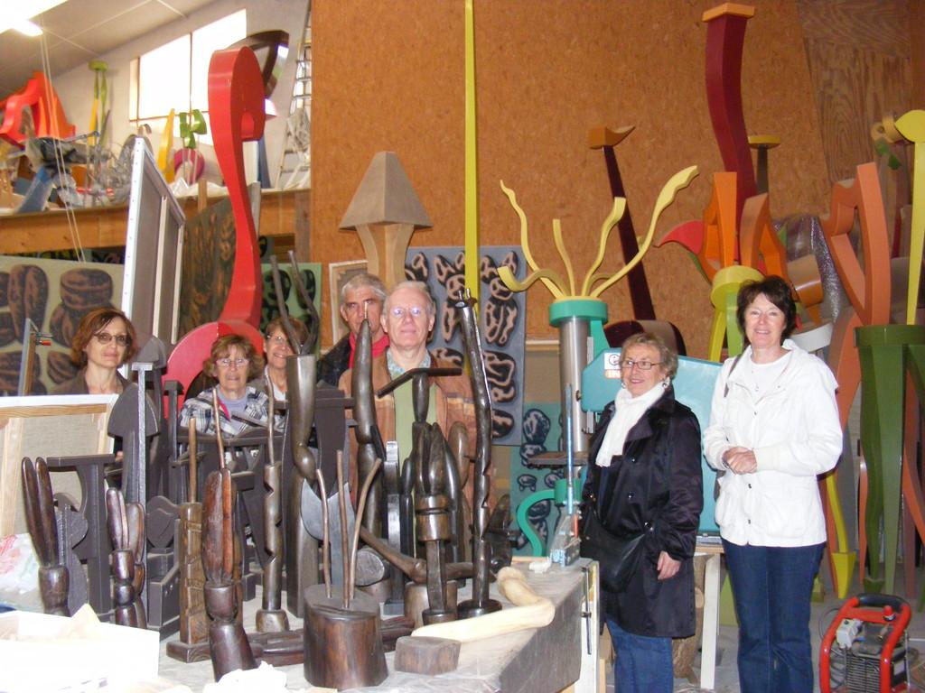 Les Amis du musée lors de la visite de l'atelier de l'artiste Jean-Paul Thaéron, juin 2011