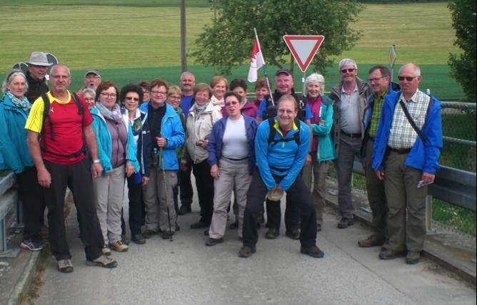 Die Fernwandergruppe auf der Donaubrücke.