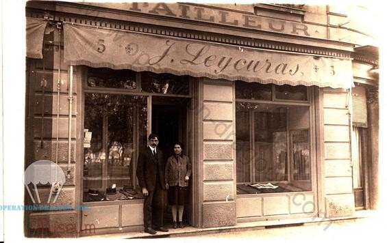 Monsieur et Madame Jean LEUCURAS, les parents de Maurice, devant leur magasin de tailleur militaire à Nice avant guerre.