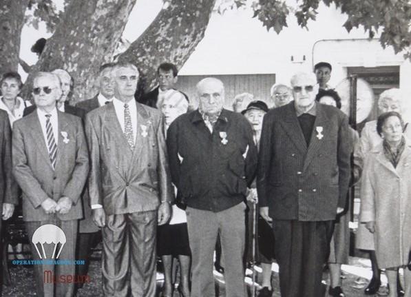Paul GAETAN, (blouson foncé, mains dans le dos) lors de la remise de la croix de combattant volontaire de la résistance. 1990. Les Arcs