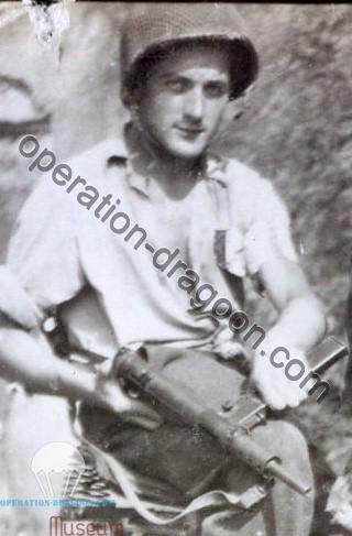 Henri aux alentour du 15 Août 1944. Il porte le casque qu'un parachutiste tombé à Lorgues lui à donné. Il est armé du pistolet mitrailleur anglais Sten, arme emblématique de la résistance.