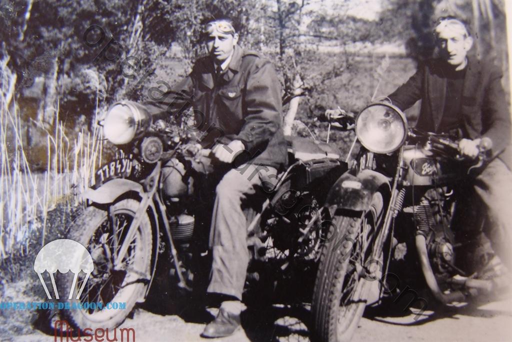 """Gabriel AUNE à gauche et """"Rami"""" à droite . A noter le brevet FFI sur la poche de poitrine gauche de la veste M43 américaine."""