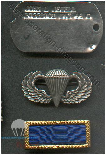 "Plaque de matricule, brevet de parachutiste et Badge ayant appartenu a John JEWELL. ""dog tags"" and para wings"