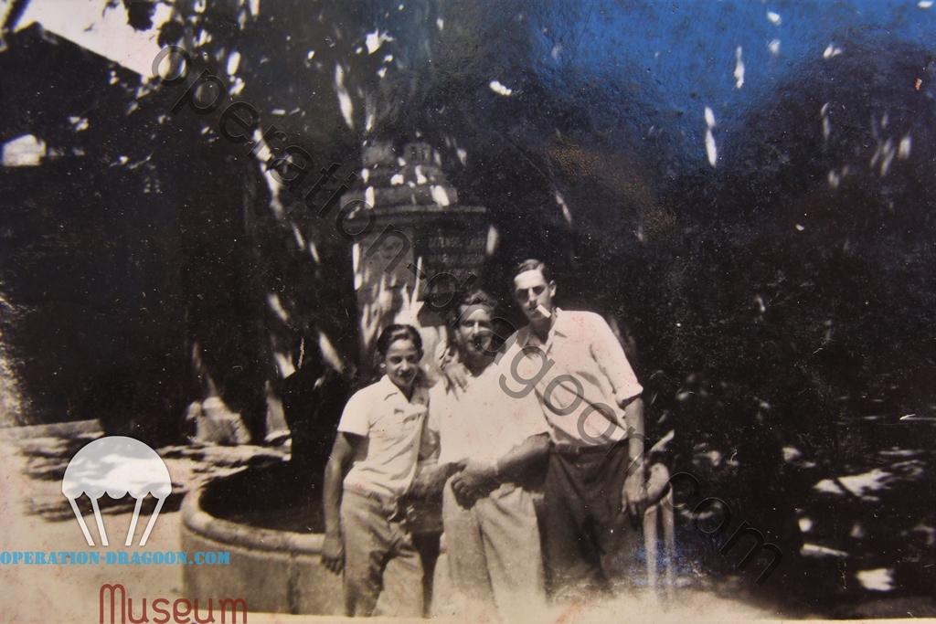 """De gauche à droite : Sylvain Jean Baptiste """" Cricri"""", Louis Arnaud """"Ficelle"""" et Gabi Aune, posant devant la fontaine de Vins sur Caramy , 1944"""