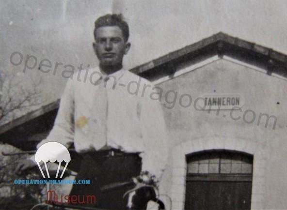 Guy STALENQ, avec sa bicyclette, devant la gare de Tanneron, bon nombre de fois, les voies de communication de la SNCF et les lignes téléphoniques serons sectionnées par la résistance locale.