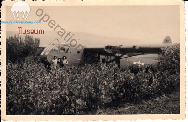 Souvenir du 15 Août 1944, photographié devant un planeur WACO CG4/A américain.