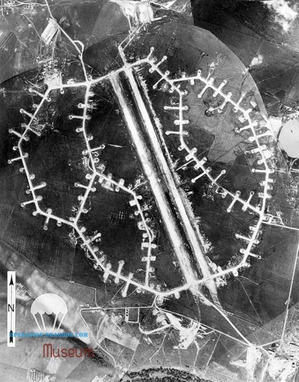Vue aérienne de la base américaine de Torretta, Italie. Air picture of Torretta US airforce base. 1944