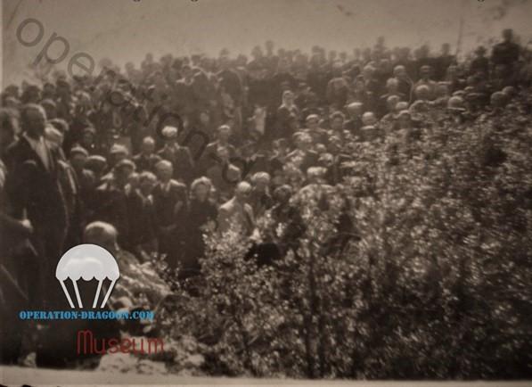 Seule et unique photo connue de l'inauguration de la stèle de la grotte des résistants en juillet 1945.