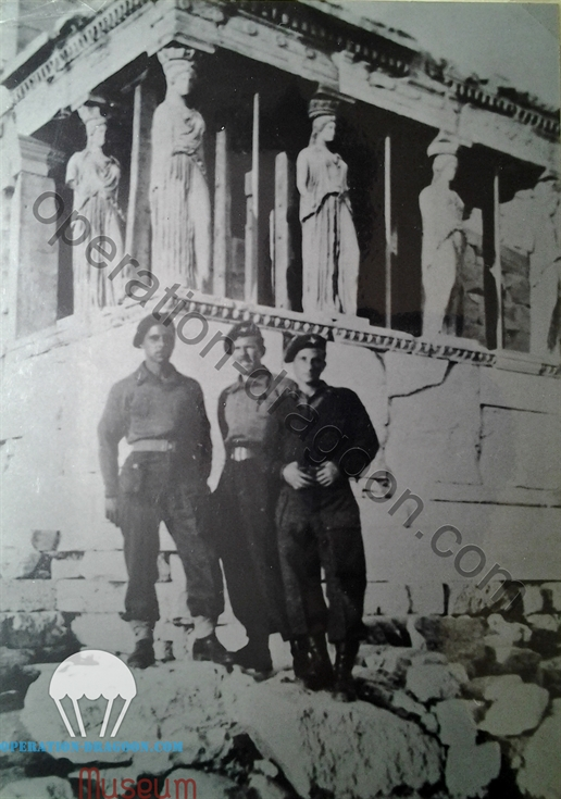 Athènes, 1944, Mickael COMPTON, charlie WITHAM et peter BLOCK by the erechtheicon on the parthenon.