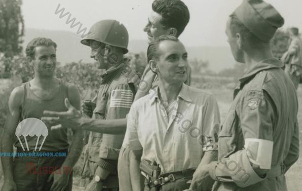 """Surement la plus connue des photos de ce Jour """"J"""" Provence. Prise au Mitan, à droite le parachutiste Français , André BAUCHIERE, et derriere lui, Maurice LEYCURAS.matin du 15 août."""