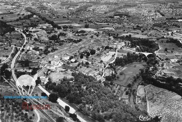 Vue générale aérienne de Trans en Provence année 40 prise par le Sud, au premier plan la route des Arcs, la voie ferrée et la 555, lieu des combats du 15 août 1944, Au nord, ma zone de saut du 517em et 460em para US