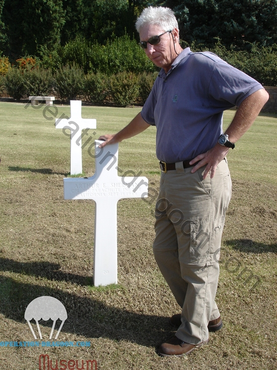 Robert DODDS Junior honoring his father comrades of the 517th PIR, August 2009.