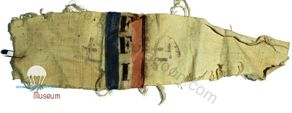 Brassard du résistant Gaston MARMOUNIER. Les Arcs sur Argens. Ces Brassards seront fabriqué à la hâte pour pouvoir être identifié par les Alliés aprés le débarquement. Il s'agit de simple drap de toile, et d'un ruban tricolore. F.F.I au pochoir.