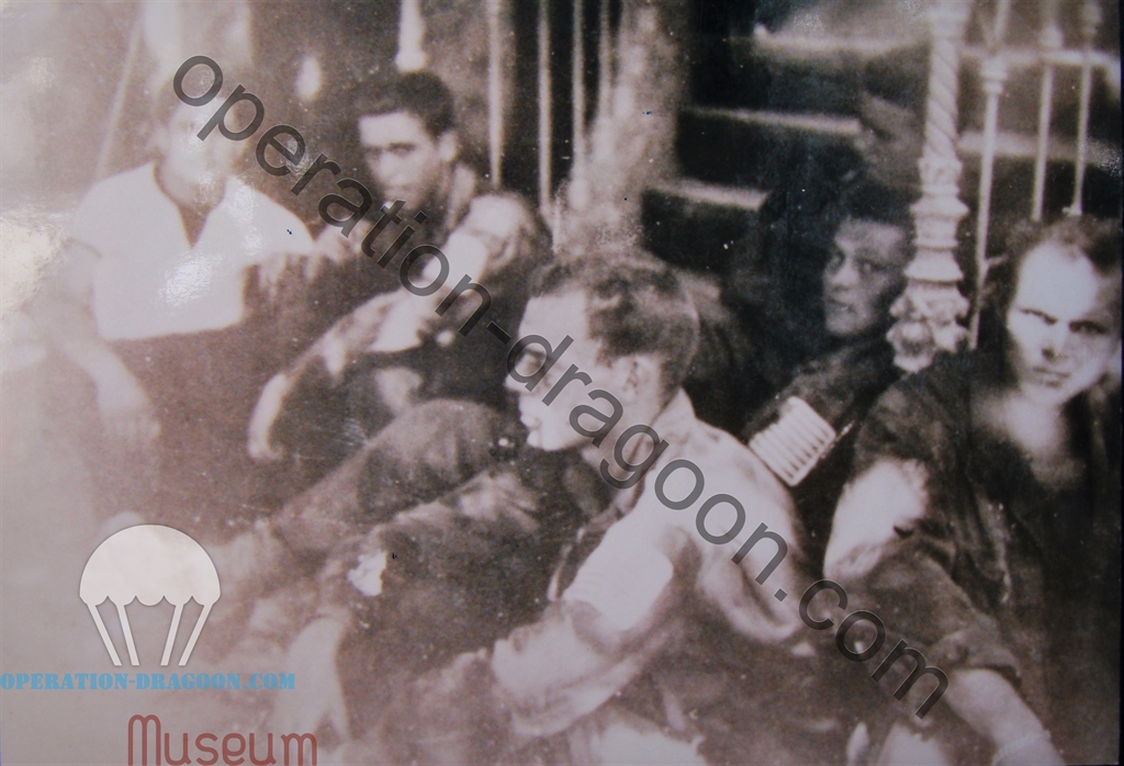 """Henri PARLARIEU à gauche, avec les parachutistes de la """"B"""" company du 517th tombés par erreur à Lorgues, 15 Août 1944 ."""