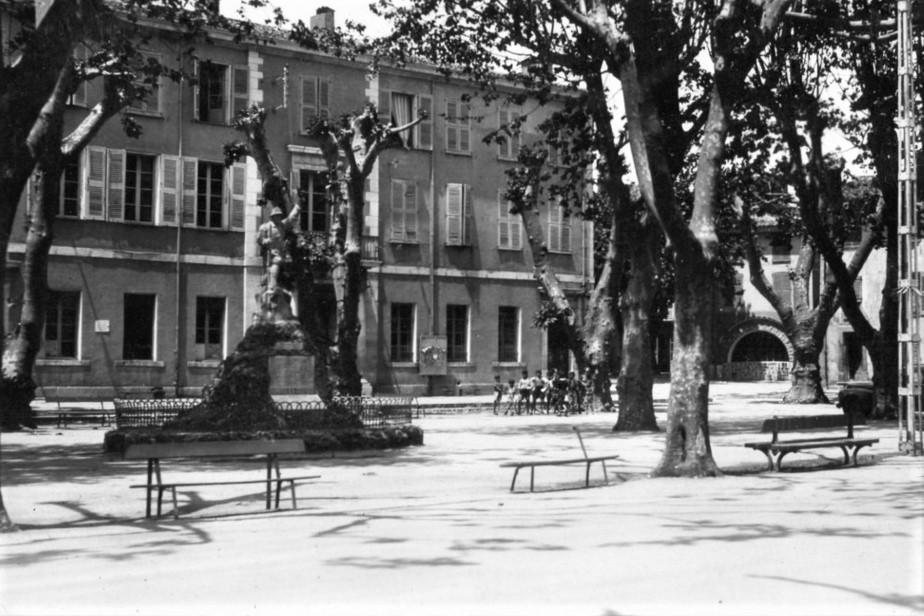 La place de la mairie dans les années 40, où la jeune Rosette CIOFI fut mortellement bléssée lors de l'encerclement et l'occupation du village.