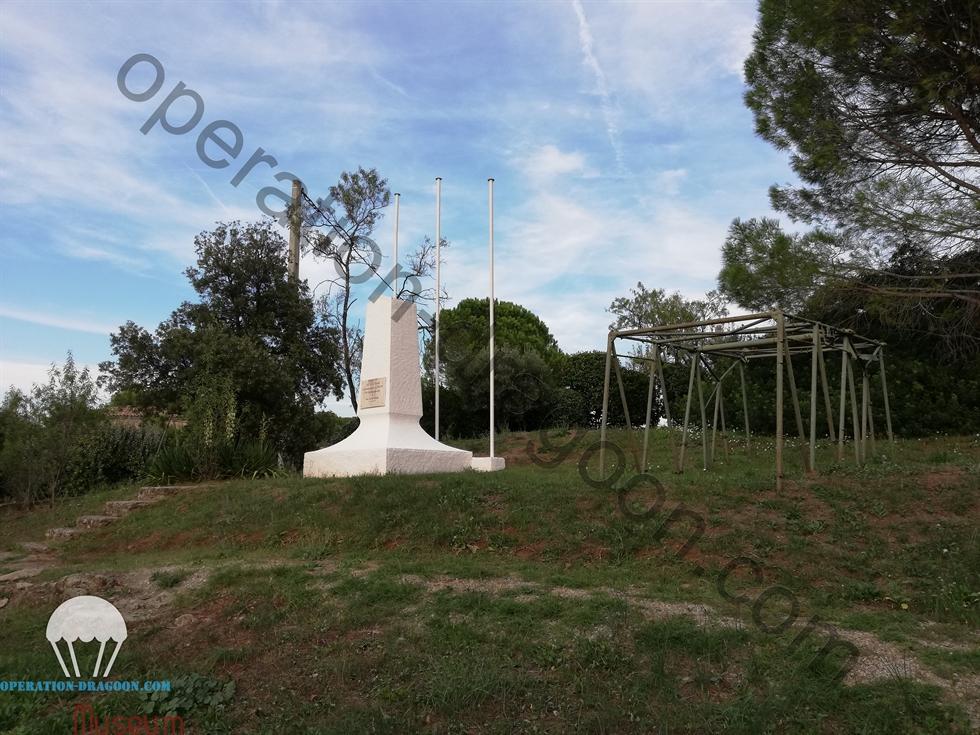 Monument du hameau du Mitan , inauguré fin 1945 par les habitants du hameau, sur le terrain de la famille Lavagne / Le Mitan hamlet monument, Inaugurated fall 1945 by citizens of the hamlet