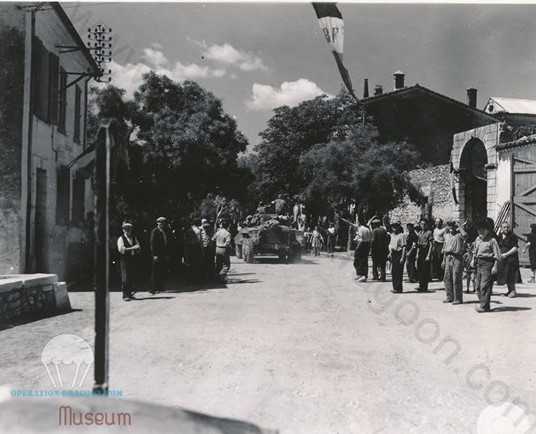19 Août 1944, Les troupes de reconnaissance du 117em de cavalry américain du 6em corp viennent de passer Aups et traversent Regusse, accueillis par la population