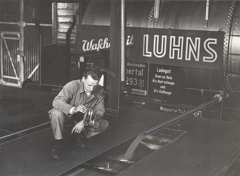 """Ein retouchiertes Bild wähend welches die Entladung des """"Wuppertal 541 293"""" zeigt. Werkfoto Luhns/ Sammlung VOBA"""