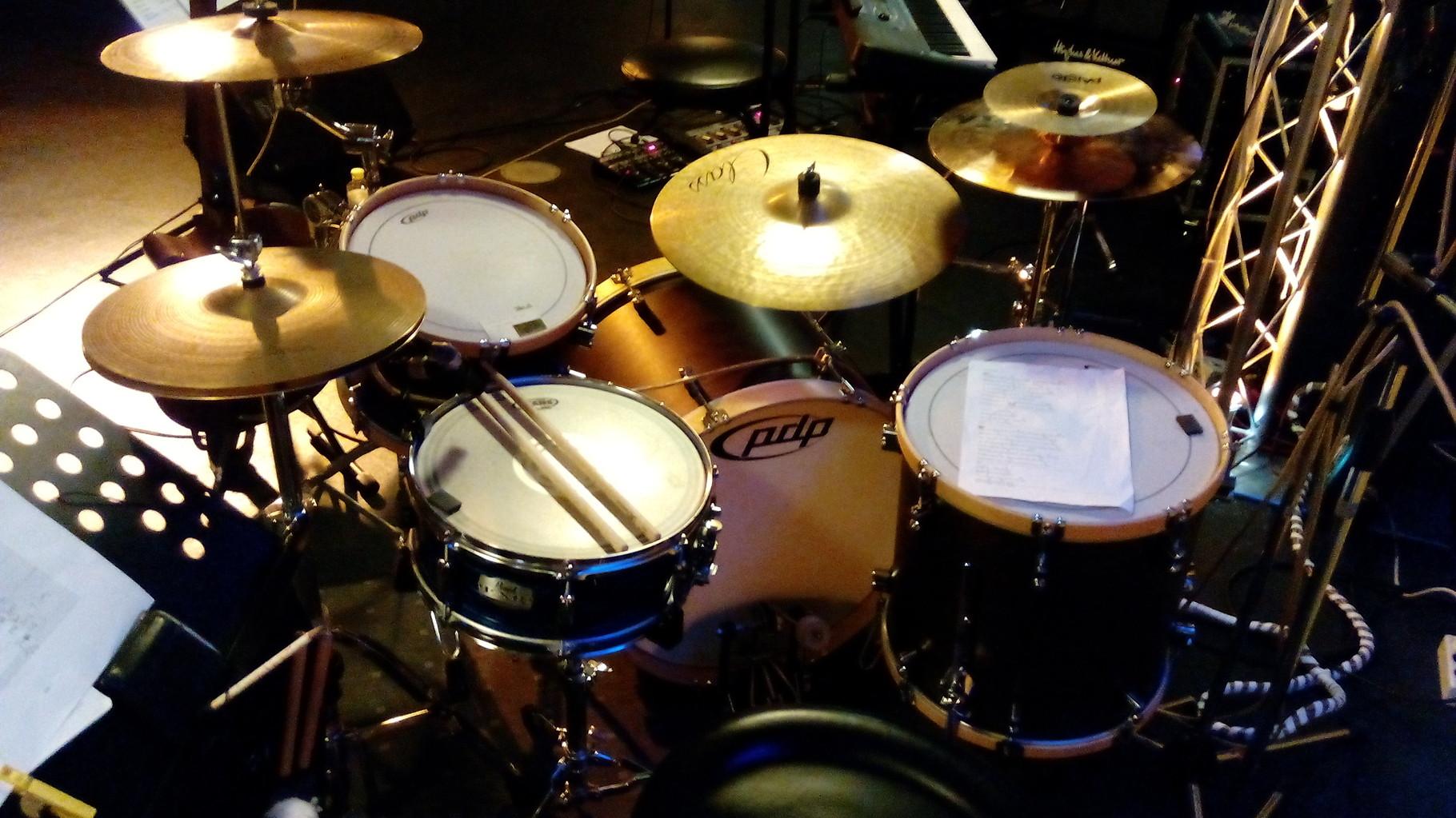 ...mit einem Rock- Drumset...