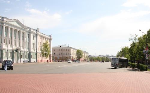 Die einzig breite und vor allem leere Straße ist die direkt vor dem Kreml.