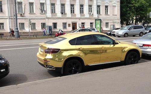 Das Auto-Highlight des Tages: ein goldener X6.