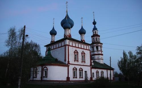 Kleine Kirche am Abend