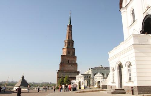 Die unteren drei Etagen des Turms sind im orthodoxen Stil rechteckig, die beiden oberen tatarisch und somit achteckig.