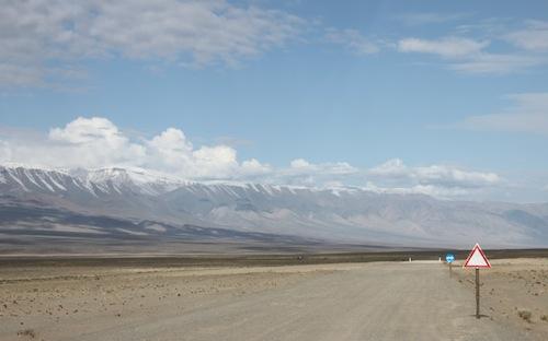 Schneebedeckte Berge begleiten unseren Weg
