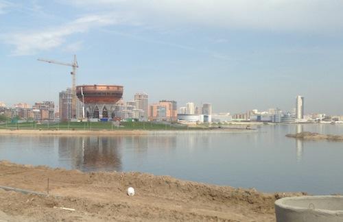 Auf der anderen Uferseite wird auch gebaut, sieht aus wie ein Ufo auf Beinen.
