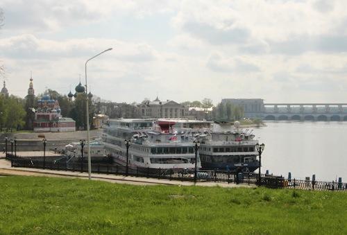 Zwei Wolgaschiffe am Anleger. Im Hintergrund links der Kreml, rechts die große Staumauer