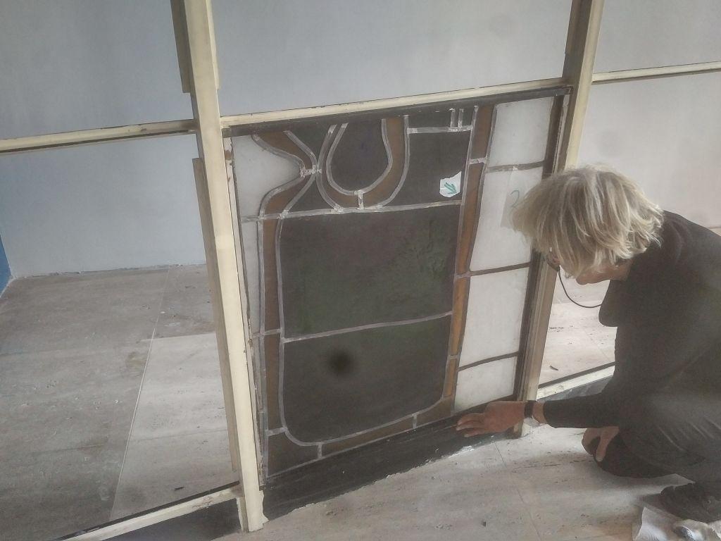 Urnenaufbahrungsraum - Glasfenster Versetzung